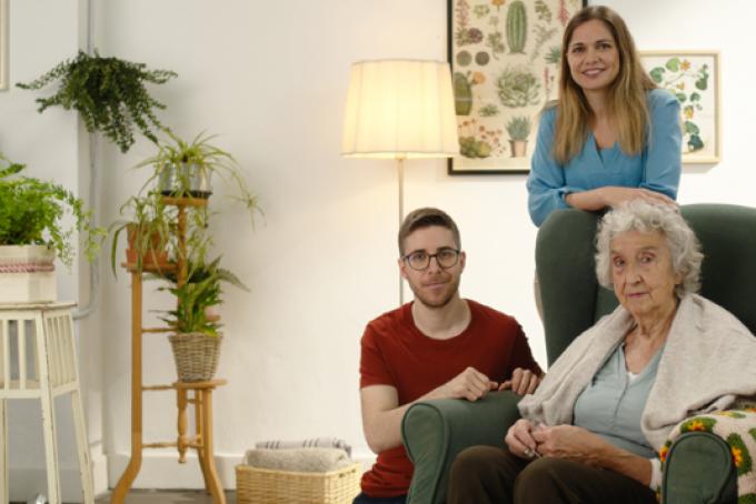 Eva Peñafiel, entrenadora emocional, con una mujer mayor y su cuidador