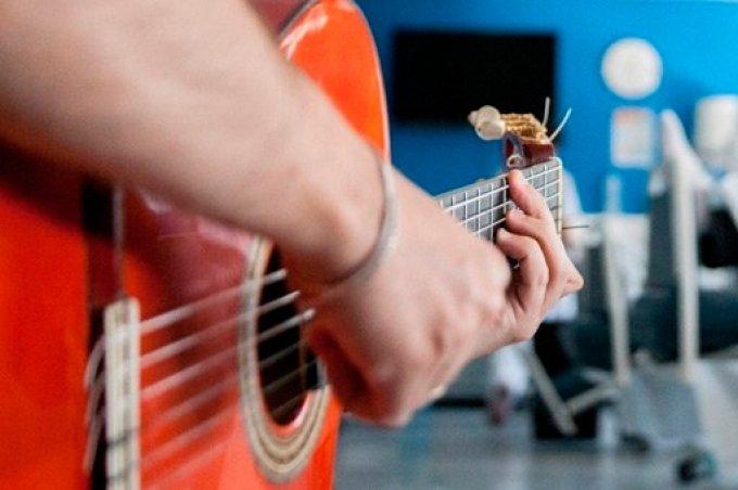 La musica cura con una guitarra