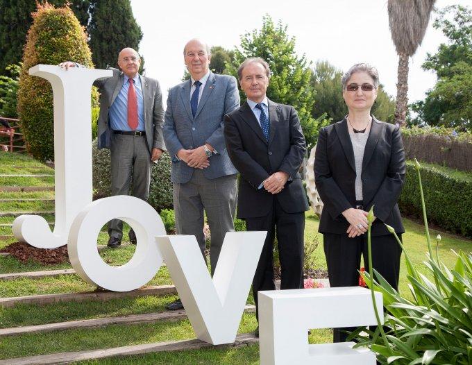 Impulsores del Foro Premios Jovell en el jardín de UIC Barcelona