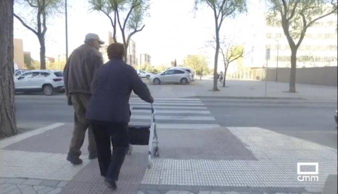 Mujer pasando paso de peatones
